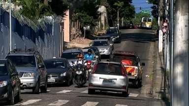 Número de assaltos assusta motoristas no Ladeirão do Morumbi (SP) - No Ladeirão do Morumbi, os assaltos se repetem. As autoridades públicas resolverma tomar uma providência. Mudaram o sentido do trânsito e transforamaram a rua em mão única. O objetivo é aumentar a fluidez no tráfego.
