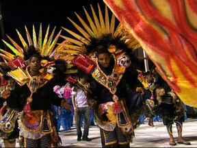 Mais de 12 mil pessoas lotam as arquibancadas para o segundo dia de desfiles em Jundiaí - Duas escolas de samba desfilaram na noite de segunda-feira (3) em Judiaí, no segundo dia de desfiles. Mais de 12 mil pessoas lotaram as arquibancadas e aprovaram a beleza das fantasias.