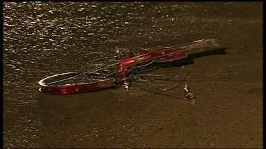 Ciclista morre atropelado na DF 180 - Partes da bicicleta ficaram espalhadas pela pista. O ciclista foi atropelado por um carro em Brazlândia. O motorista é um policial militar aposentado.