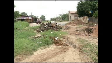 Moradores pedem providências para rua intrafegável - Rua Moura Carvalho, no bairro Santo André, está tomada por mato.