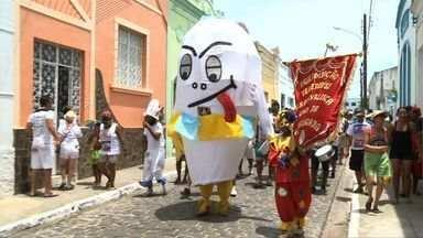 Ovo da Madrugada atrai a cada ano mais foliões em Penedo - Bloco surgiu a partir de uma brincadeira entre amigos. Foliões desfilam pelas ruas estreitas do município de Penedo.