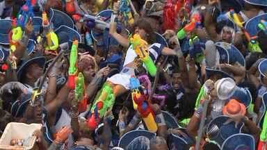 Márcio Victor defende uso de pistolas de água durante confusão no desfile das Muquiranas - Foliões que estavam nas arquibancadas se envolveram em uma confusão com os integrantes do bloco, por causa das pistolas de água tradicionalmente usadas por eles.