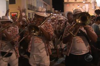 O carnaval no pelourinho é no ritmo das antigas marchinhas - As bandas de sopro e de percussão animam os foliões no local.