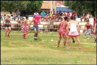 Homens disputam partida de futebol vestidos com trajes femininos, em Juazeiro do Norte - Grupo de amigos realizam a brincadeira toda época de carnaval.