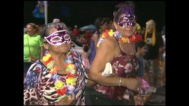 Idosos participam do 'Carnavelhinho' em Santarém - Evento foi realizado na 4ª noite de folia da cidade.