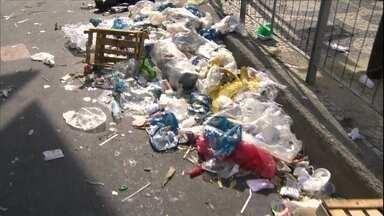 Paralisação de garis deixa ruas do Rio de Janeiro cheias de lixo - No sábado (1), parte dos garis entrou em greve mesmo sem o apoio do sindicato da categoria. Eles reivindicam um aumento de 49%. A Prefeitura anunciou que vai demitir 300 funcionários e contratar outros em regime de urgência.