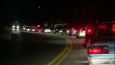 Estradas de Rio e SP apresentam tráfego tranquilo na volta para casa - Na noite de terça-feira (4), o trânsito intenso na Rodovia Régis Bittencourt, em São Paulo, não atrapalhou a viagem dos motoristas. No Rio, a Ponte Rio-Niterói tinha pistas livres.