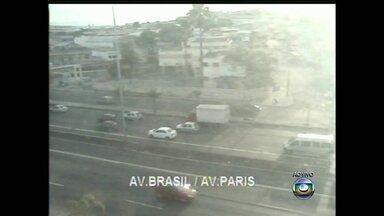 Acidente deixa trânsito lento na Avenida Brasil - O acidente envolvendo dois carros e uma carreta aconteceu na pista central no sentido Zona Oeste, na altura de Bonsucesso. O trânsito é lento no local.