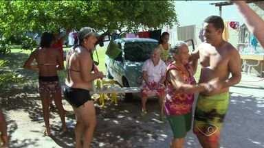 Casa em Jacaraípe, na Serra no ES, recebe toda a família durante carnaval - Festa acontece fora e dentro da residência de dona Fia.