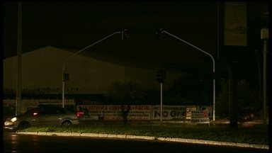 Guará 1 e 2 ficam sem luz no DF - A Ceb informou que o motivo do apagão foi um rompimento de um cabo que sai da subestação de furnas e que alimenta a subestação de energia do Guará.