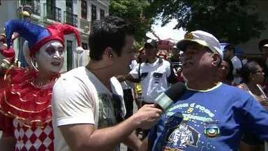 Marcos Veras mostra alegria do último dia de carnaval de Olinda - Humorista bate papo divertido com foliões