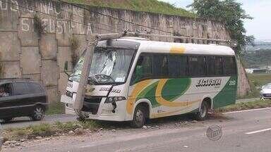 Motorista se 'perde' em curva e bate ônibus contra poste em Campinas - Um microonibus bateu contra um posto de iluminação pública na Avenida Antônio Francisco de Paula Souza, no Jardim Antônio Von Zuben, em Campinas, na madrugada desta quarta-feira (5).