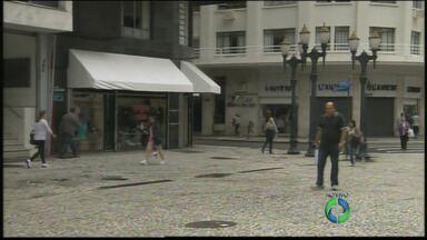 Comércio do centro de Curitiba ainda está fechado - A repórter Andressa Almeida está no centro da cidade e mostra que alguns comerciantes esticaram o feriadão. A Rua XV está movimentada, mas a maioria das lojas ainda estão fechadas.