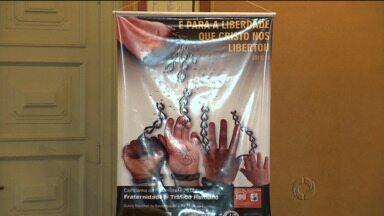 Igreja Católica lança hoje o tema da Campanha da Fraternidade - A campanha deste ano vai falar sobre o tráfico de pessoas, crime cometido em vários países. É uma tentativa de combater a prostituição, a adoção ilegal e o trabalho escravo de mulheres, homens e crianças.