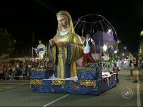 Duas escolas de samba desfilam em São Roque - Em São Roque (SP), o desfile de duas escolas de samba levou públicos de diferentes estilos a acompanhar a festa na avenida.