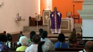 Quarta-feira de Cinzas marca Quaresma e Campanha da Fraternidade para os católicos - Fiéis se reuniram em uma missa na Igreja do Livramento, no centro de Maceió.