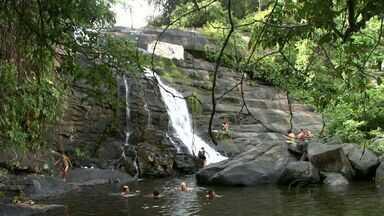 Cachoeira do Anel encanta moradores e turistas que passam pela Zona Rural de Viçosa - Cachoeira é formada entre as pedras que margeiam o Rio Caçamba em uma Região de Mata Atlântica.