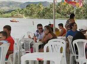 Em Lagoa dos Gatos, foliões curtiram carnaval com tranquilidade - Turistas puderam se refrescar com banhos na lagoa.