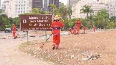 Prefeitura do Rio negocia aumento e pode suspender demissão dos garis - Os grevistas reivindicam um salário de R$ 1.200 e adicional de 40% de insalubridade. Se os garis voltarem ao trabalho na quinta-feira (6), não haverá demissão.