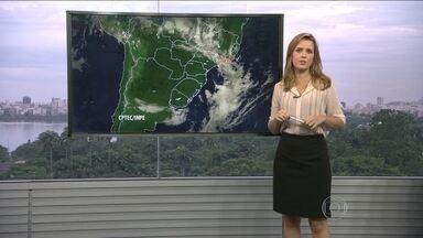 Veja a previsão do tempo para esta quinta-feira (6) no Rio - Muitas nuvens carregadas cobrem o estado do Rio. Uma frente fria avança para o continente. O tempo fica instável e pode chover fraco durante a manhã.