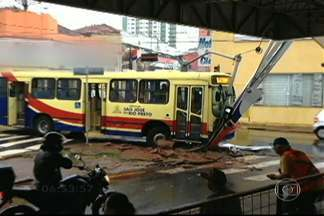 Ônibus bate em poste que sustenta semáforo e nove pessoas ficam feridas - Câmeras de segurança registraram o acidente em São José do Rio Preto. Duas pessoas continuam internadas. Consórcio responsável pelo transporte coletivo informou que está prestando assistência às vítimas.