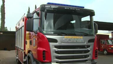 Novo caminhão vai ajudar bombeiros a combater incêndios em Londrina - O equipamento é importante principalmente para ajudar a controlar o fogo em prédios.