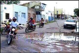 Três bairros de Juazeiro do Norte ficam cheias de buracos após chuvas na cidade - Motoristas têm dificuldades para transitar nas vias danificadas.