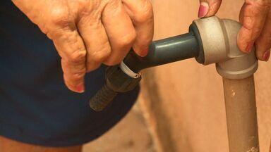 Povoado da zona rural de Arapiraca só recebe água de carro-pipa, mas paga conta da Casal - Moradores dizem que situação já dura há três anos e não sabem mais a quem recorrer.