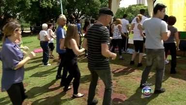 Aulas de dança promovem saúde dos paulistanos no Parque do Trote, na Zona Norte - Um evento promovido pela Rede Globo faz as pessoas dançar no Parque do Trote, na Zona Norte de São Paulo. As aulas ensinam ritmos variados, como salsa e rumba.