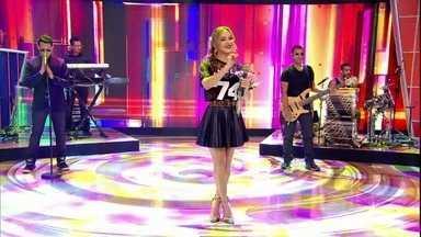 Claudia Leitte faz cover no palco do Caldeirão - Cantora arrasa com 'Bizarre Love Triangle', do New Order