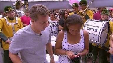 Vendedora ganha R$ 2,2 mil no X1000 após doar dez centímetros de seu cabelo - Gabriela fez doação do seu cabelo para movimento que cria perucas para levantar a autoestima de pessoas com câncer