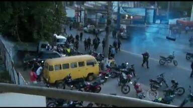 Manifestação acaba em tumulto no Complexo do Alemão, no Rio - Houve uma manifestação contra a prisão de dois suspeitos de envolvimento com o tráfico de drogas. O protesto reuniu centenas de pessoas no fim da tarde desta terça-feira (11).