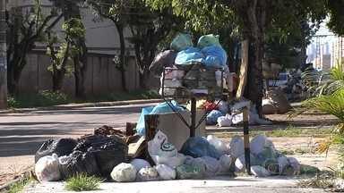 Goiânia passa por problemas na coleta de lixo - Sacos de lixo se amontoam em diversas partes da cidade. Moradores reclamam da coleta irregular. Vinte e nove caminhões compactadores foram retirados das ruas por causa de atraso no pagamento.