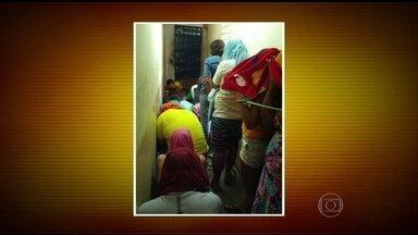 Presos são amarrados com cordas em delegacia de Macau, RN - Na falta de algemas, presos são amarrados com cordas. Quatorze homens e três mulheres, entre elas uma grávida, foram detidos num dos corredores da unidade.