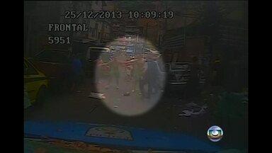PM é agredido por criminosos na favela da Rocinha - Segundo a polícia, um homem chefiou o ataque de bandidos contra a UPP da Rocinha. No confronto, o comandante-geral das UPPs e a comandante da UPP da favela ficaram feridos.