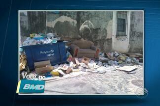 Telespectadores enviam reclamações sobre o lixo nas ruas de Salvador - Uma moradora do bairro de Castelo Branco contou que a mãe de 72 anos pisou em um pedaço de boxe de banheiro que estava em uma praça do local, caiu e teve que fazer uma cirurgia.