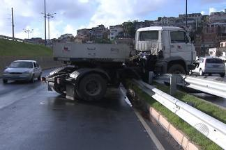 Dois acidentes complicam o trânsito de Salvador na manhã desta quarta - Na Via Expressa, uma carreta ficou atravessada na pista, enquanto na região do Dique do Tororó parte de uma árvore caiu sobre um carro.