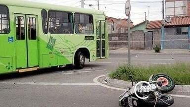 Ônibus faz conversão proibida mata um e deixa grávida ferida em São José dos Campos, SP - Mulher grávida de três meses era passageira da moto e fraturou a perna. Acidente foi na manhã desta quarta-feira (13) no Campo dos Alemães.
