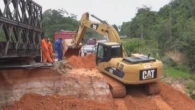 BR-174 passa por obras de recuperação, no AM - Ponte improvisada próximo a Presidente Figueiredo foi desativada; ela foi construída para ajudar na passagem de veículos após cratera ter se formado na estrada.