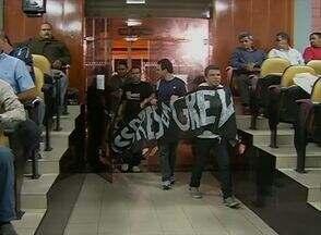 Professores de Caruaru fizeram manifestação na Câmara de Vereadores - Reunião dos parlamentares foi interrompida devido ao protesto.