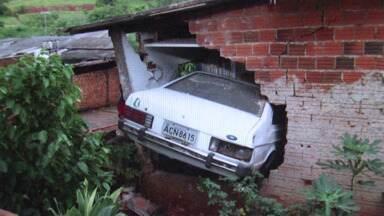 Carro sem freios invade casa em Cambé - O motorista não ficou ferido.