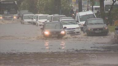 Manhã de chuva causa transtornos no trânsito do Grande Recife - Motoristas, motociclistas, passageiros de ônibus e pedestres sofreram para passar em muitas ruas e avenidas.