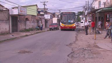 Bairro de Paulista enfrenta problemas com calçamento - Moradores dizem que a Compesa começou obra, não resolveu problema e deixou vários buracos nas ruas.