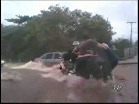 Motocicleta é arrastada por enchente em São José do Rio Preto, SP - Um motociclista passou por transtornos por causa da chuva na tarde desta quarta-feira (12) em São José do Rio Preto. Ele teve que contar com a ajuda de moradores para recuperar o veículo.