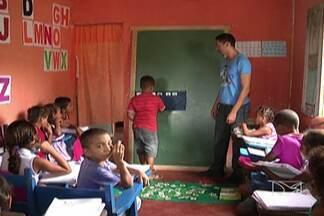 Crianças estudam em local improvisado, no Vale do Pindaré - Moradores do povoado Olho D´Água, no município de Monção, denunciam a situação em que se encontra a única escola da comunidade.