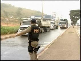 Polícia intensifica fiscalização nas estradas do Leste de Minas devido ao período de safra - Frota de caminhões aumentou em todo país devido ao período de safra.