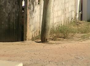 Moradores de bairro em Aracruz, ES, reclamam de postes de energia feitos de madeira - Maioria está com base comprometida. População diz correr riscos.
