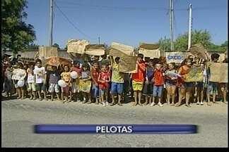 Alunos protestam em frente a escola municipal de Pelotas - O pedido é por uma guarda permanente da escola