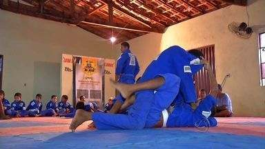 Projeto em Rondonópolis ensina jiu-jitsu para meninos e meninas - Um Projeto em Rondonópolis ensina jiu-jitsu para meninos e meninas.