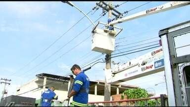 Após ocupação da Vila Kennedy, moradores esperam chegada de serviços básicos - Equipes da Rio Luz fizeram reparos no local. O serviço é muito esperado pelo moradores.